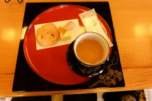 首里城で頂けるお茶とお菓子の写真