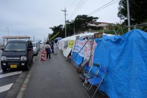 辺野古ゲートの前で反対運動をしている人