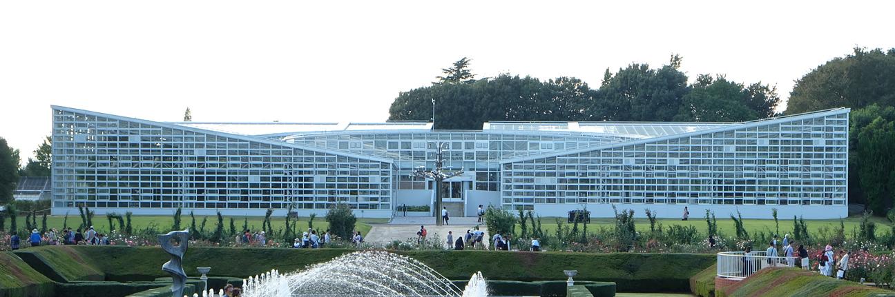 神代植物園の大温室の全景