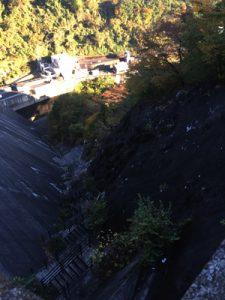 草木ダム、谷側の写真。